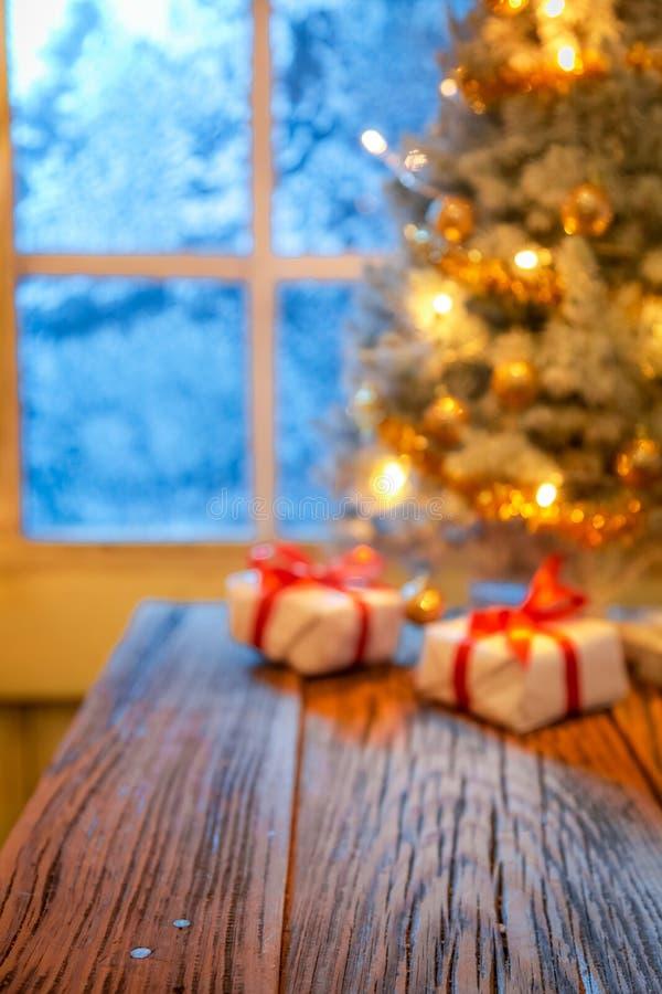 Запачканные рождественская елка, подарки и света как предпосылка к монтажу стоковое изображение rf