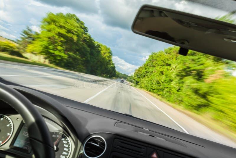 Запачканный взгляд дороги изнутри автомобиля стоковые изображения rf
