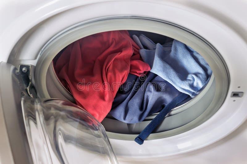 запачканный одевая мыть машины барабанчика содержания закручивая Прачечная концепции, домашнее хозяйство, дом стоковые фотографии rf