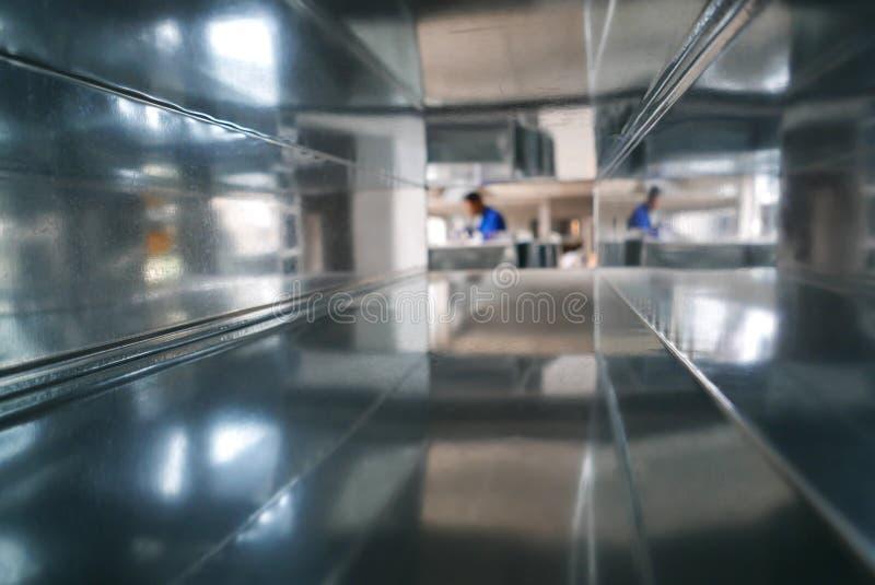 Запачканный рабочий-строитель через воздуховод стоковые изображения