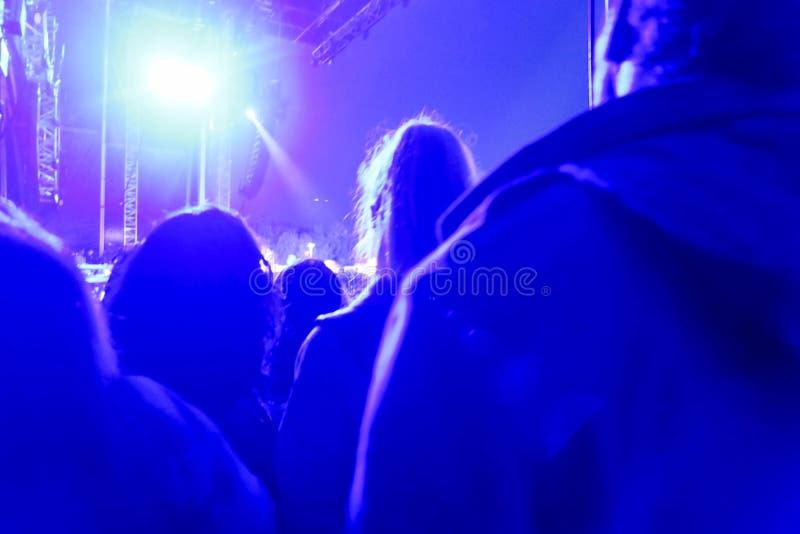 Запачканный рок-концерт, толпа на сцене, стоковая фотография rf