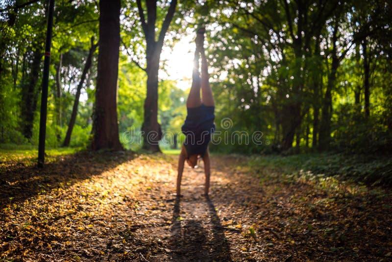 Запачканный символ Handstand витальности в лесе, стоковое изображение