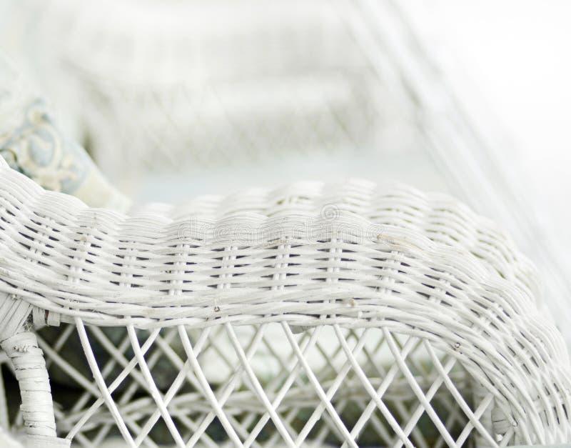 Запачканный стул предпосылки белый ностальгический винтажный плетеный стоковые фотографии rf