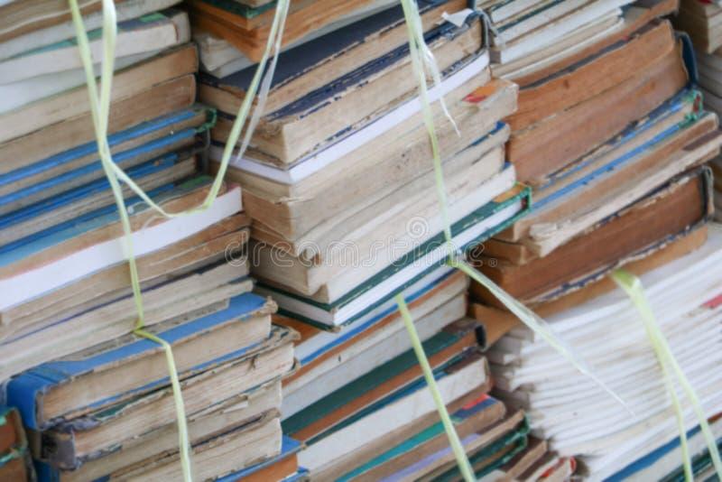 Запачканный фокус с стогом используемых старых книг в школьной библиотеке стоковые фотографии rf