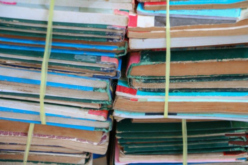 Запачканный фокус с стогом используемых старых книг в школьной библиотеке стоковое фото rf