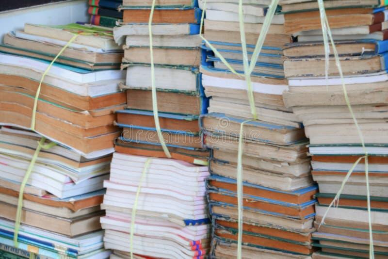 Запачканный фокус с стогом используемых старых книг стоковые изображения rf