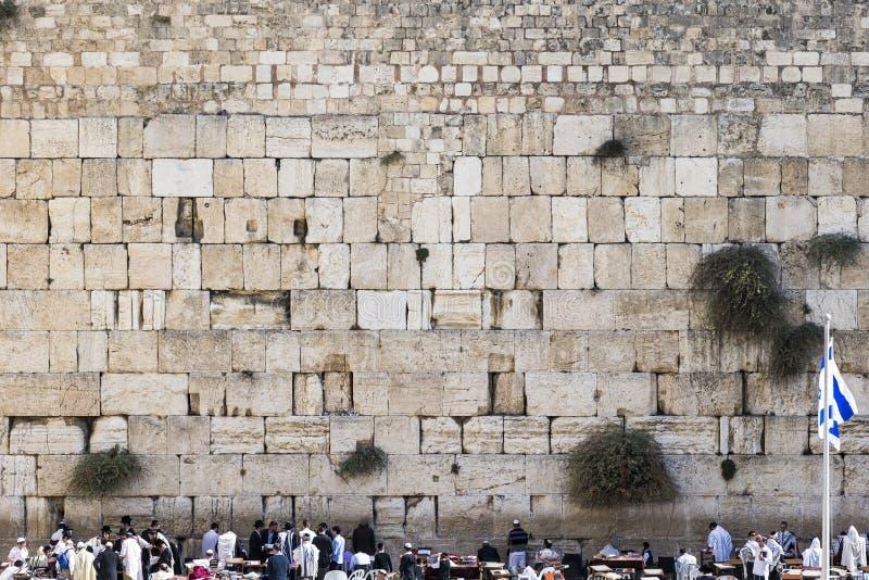 Западная стена в Иерусалиме с национальным флагом Израиля стоковая фотография