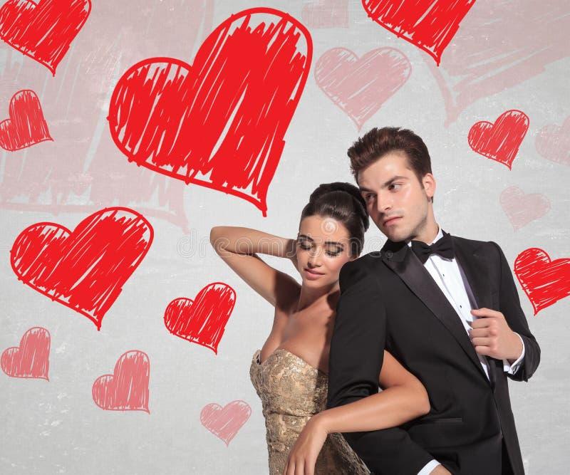Запальчиво молодые пары держа каждое другое обнятый стоковая фотография rf