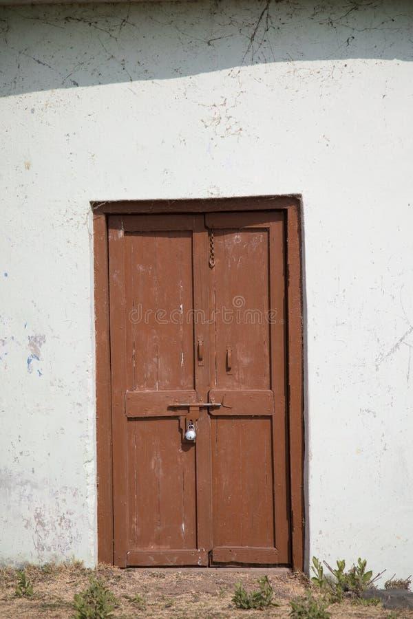 Запертая коричневая старая деревянная дверь стоковое изображение rf