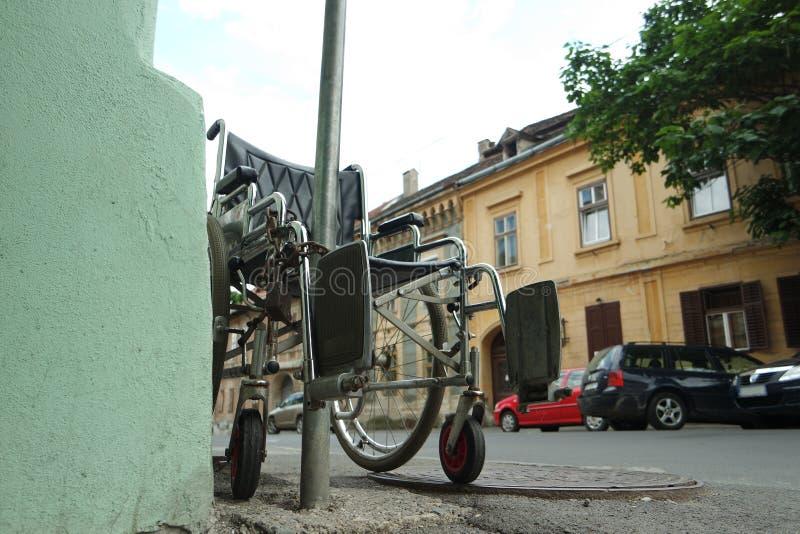 Запертая поднимающая вверх кресло-коляска стоковое фото rf