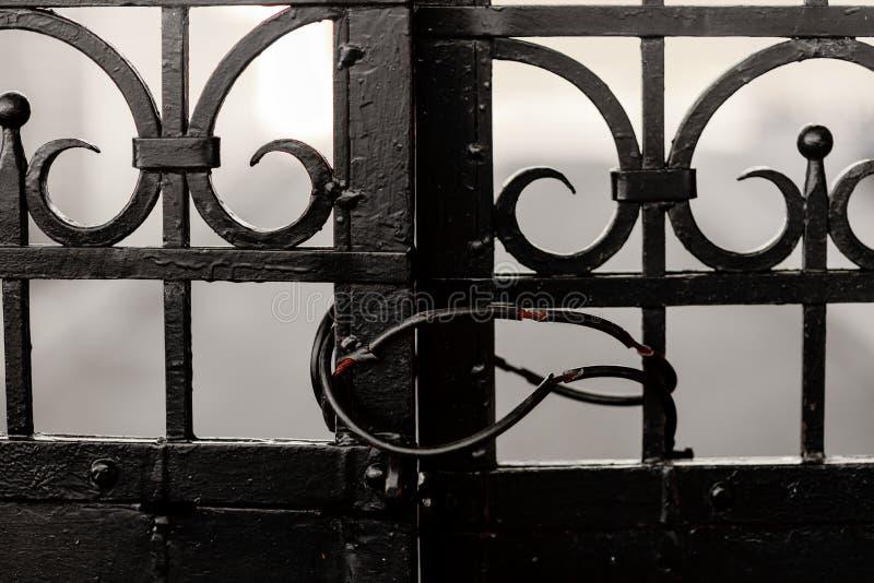 Запертое старого строба черного листового железа закрытое стоковые фотографии rf