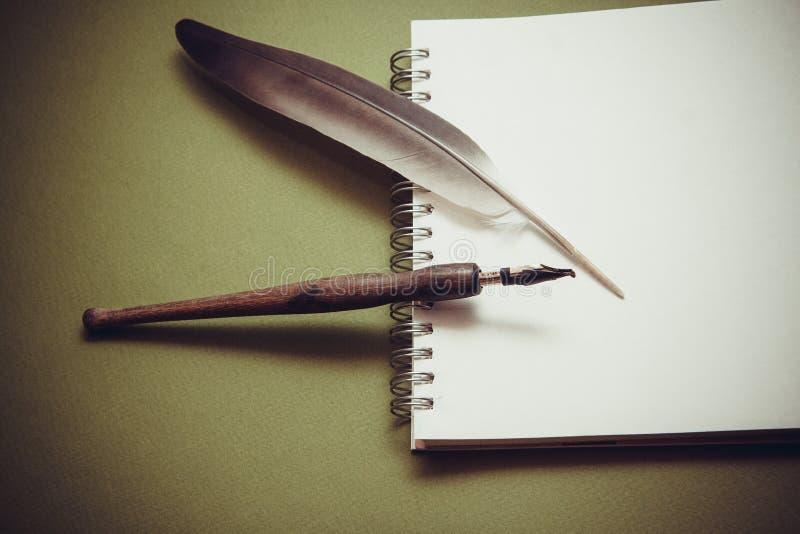 Запись в тетради стоковое фото