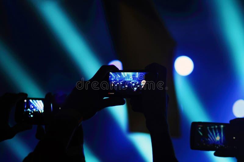 Download Запись концерта на телефоне Стоковое Фото - изображение: 45493249