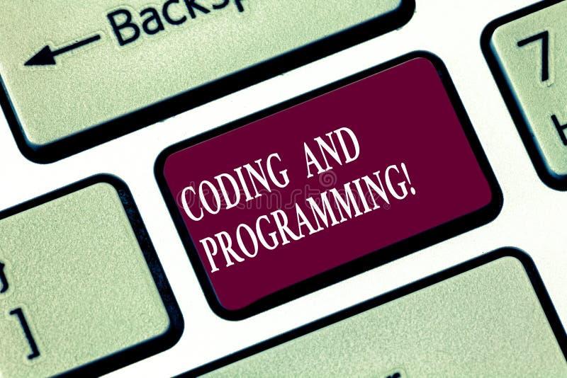 Запись примечания показывая кодирвоание и программирование Дизайн фото дела showcasing и построить исполнительную компьютерную пр стоковая фотография rf
