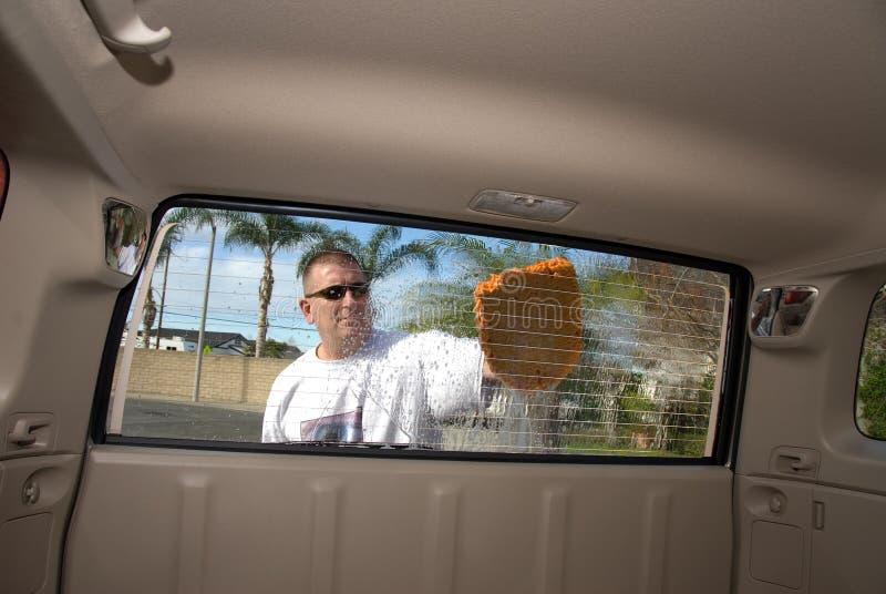 запиток человека автомобиля стоковые изображения rf