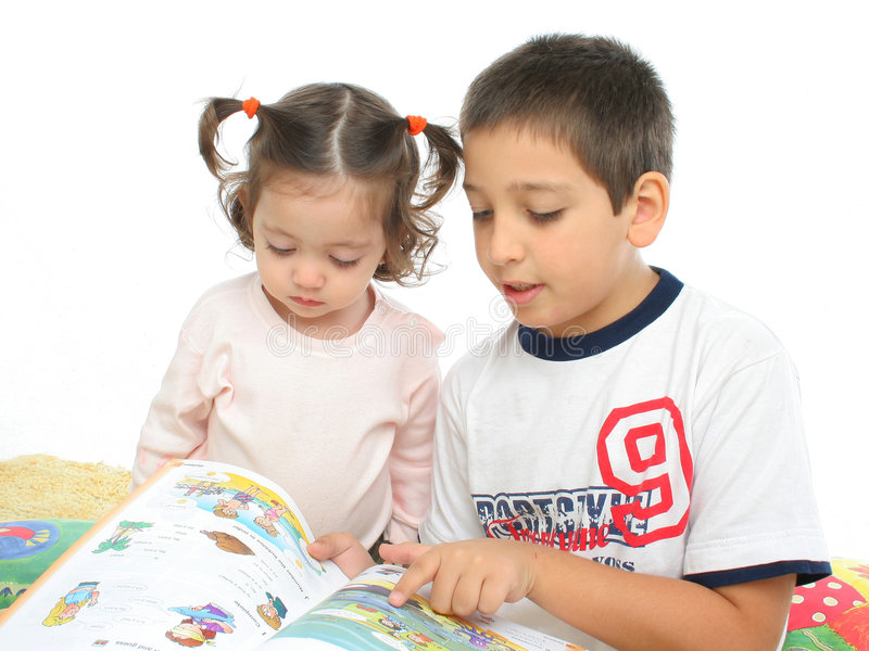 запишите сестру чтения пола брата стоковая фотография rf