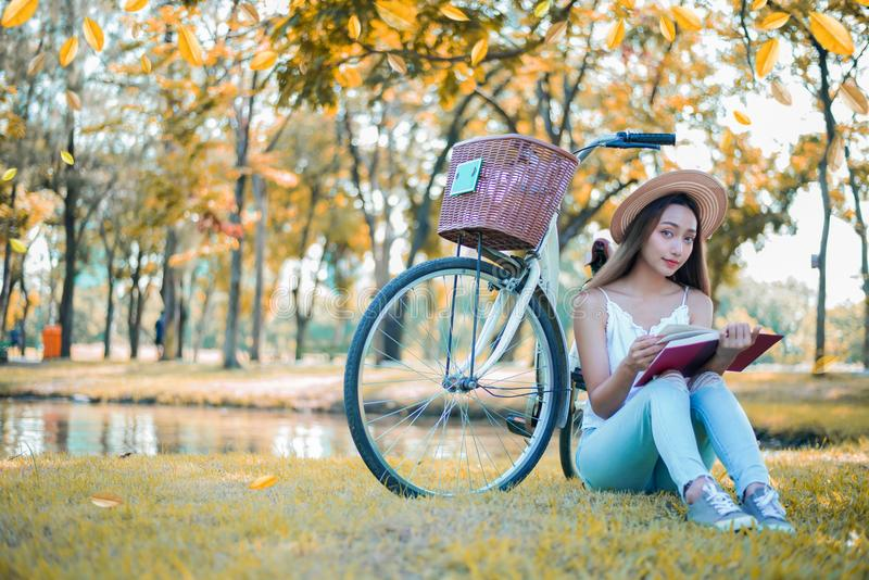 запишите студента чтения парка стоковое изображение rf