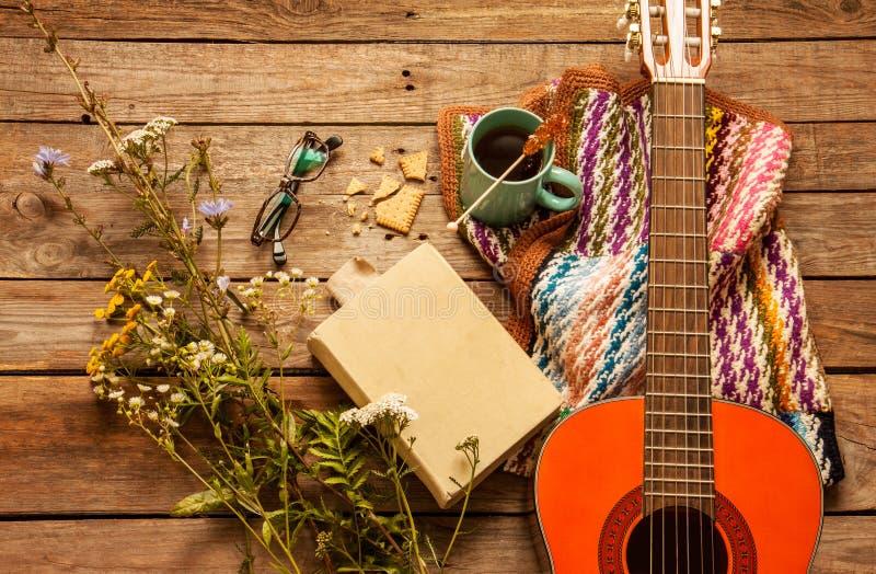 Запишите, укрывайте, кофе и классическая гитара на древесине стоковое изображение rf