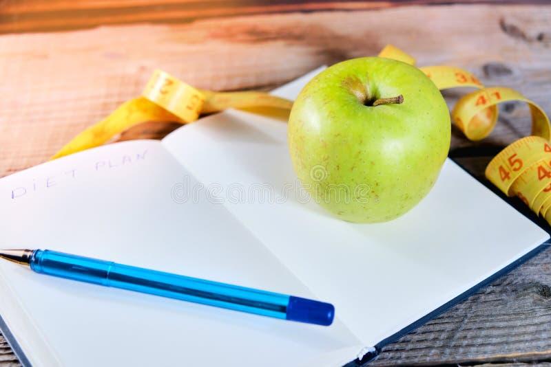 запланирование диетпитания Тетрадь c надпись - диета, измеряя лента, яблоко и ручка стоковые изображения rf