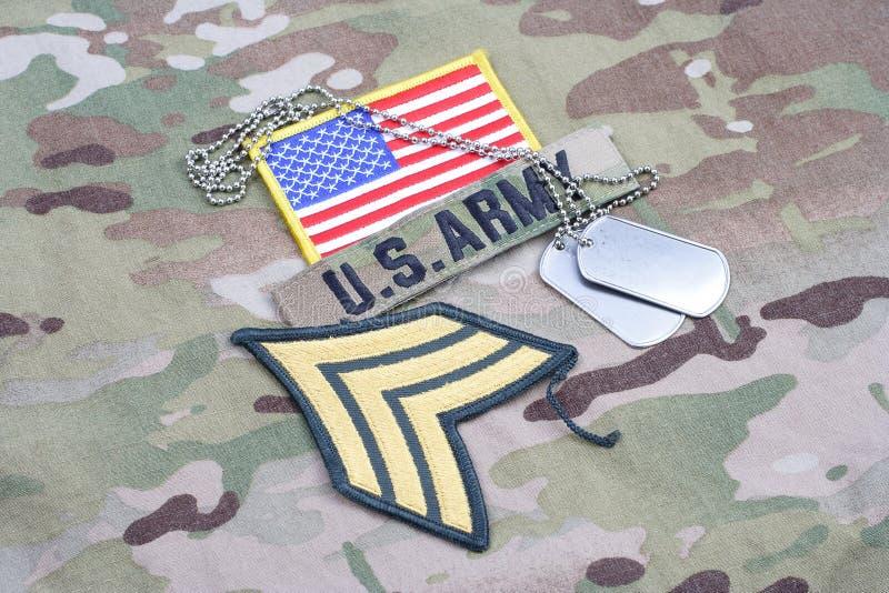 Заплата Сержанта АРМИИ США шереножная, заплата флага, с регистрационным номером собаки на камуфляжной форме стоковые изображения rf