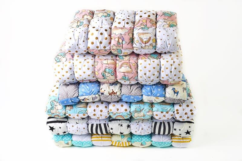 Заплатка и концепция моды - красивый стог красочных лоскутных одеял, покрывал штабелированных в нескольких строк в высоте для хра стоковое изображение rf