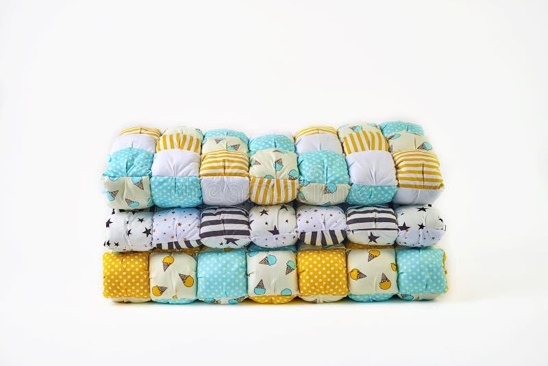Заплатка и концепция моды - красивый стог красочных лоскутных одеял, покрывал штабелированных в нескольких строк в высоте для хра стоковые фотографии rf