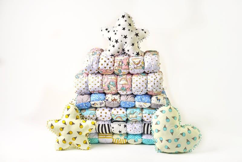 Заплатка и концепция моды - красивый стог красочных лоскутных одеял, покрывал штабелированных в нескольких строк в высоте для хра стоковая фотография