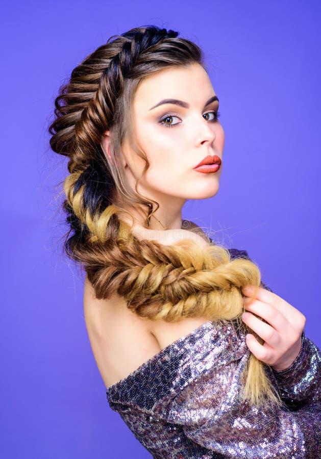 Заплетенный стиль причесок Красивая молодая женщина с современным стилем причесок Искусство парикмахера салона красоты Сторона ма стоковое фото