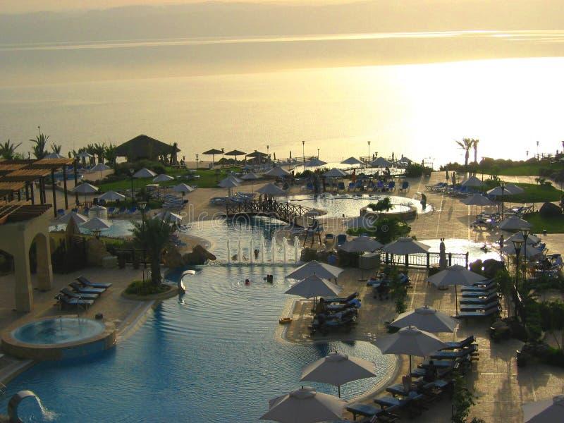 заплывание бассеина гостиницы роскошное стоковое изображение rf