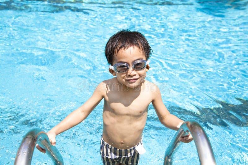 заплывание бассеина мальчика стоковое фото