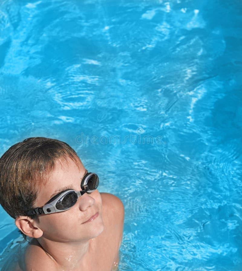 заплывание бассеина мальчика стоковые изображения rf