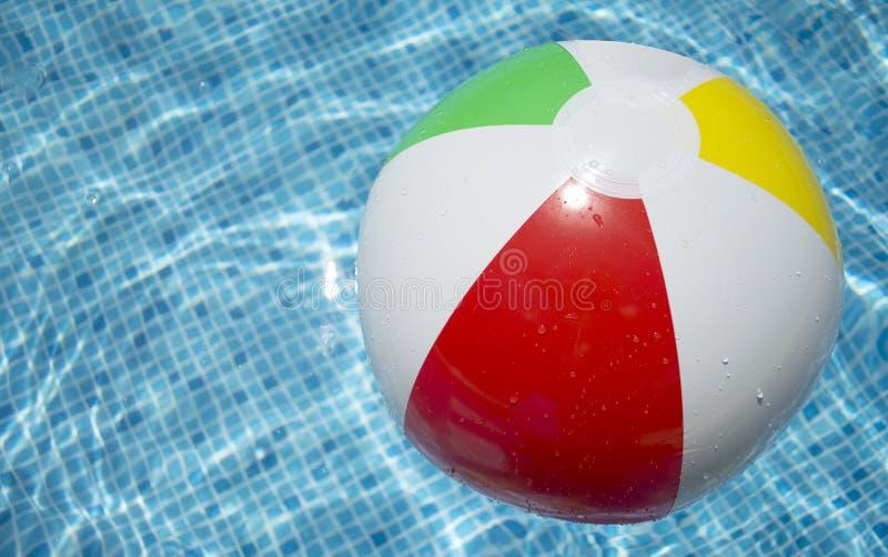 заплывание бассеина пляжа шарика плавая стоковая фотография rf