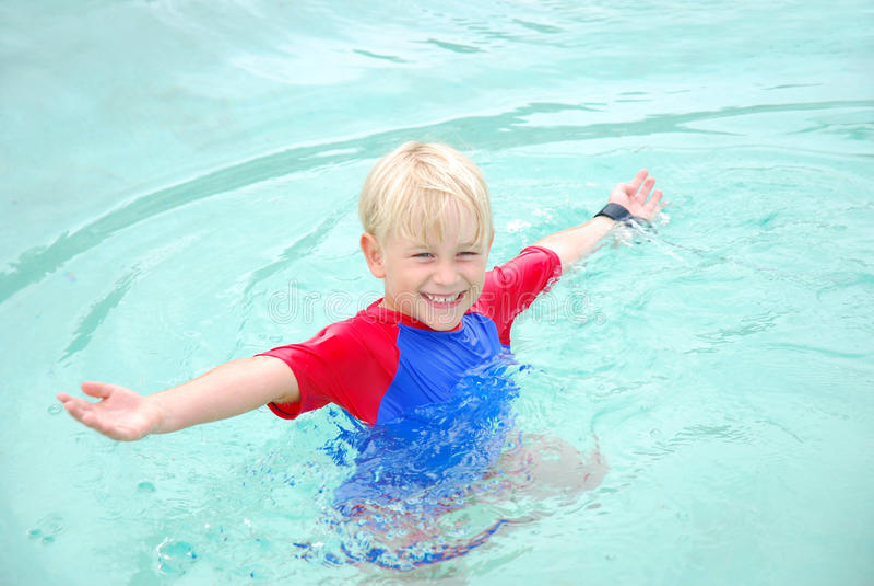 заплывание бассеина ребенка стоковое фото rf