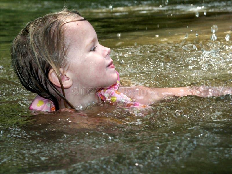 заплывание девушки стоковое фото
