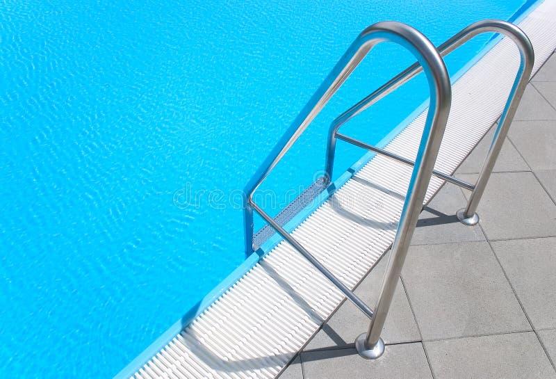 заплывание лестницы бассеина стоковые изображения rf