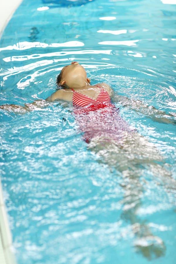 заплывание ребенка backstroke стоковые фотографии rf