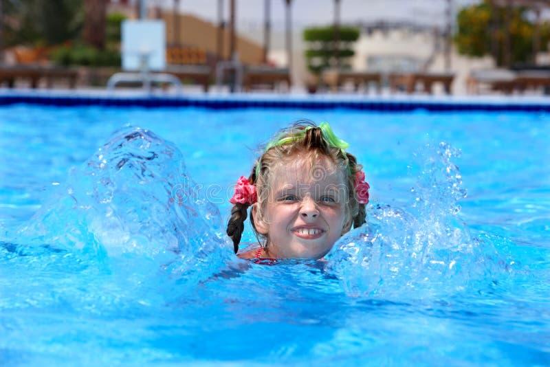 заплывание swim бассеина ребенка стоковая фотография rf