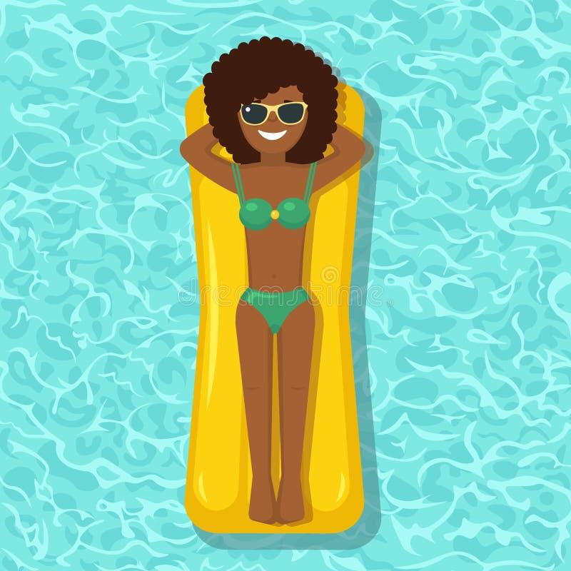 Заплывы девушки улыбки, загорая на тюфяке воздуха в бассейне Женщина плавая на игрушку изолированную на предпосылке воды Раздувно иллюстрация штока