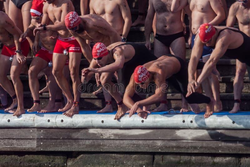 ЗАПЛЫВ 2015 ГАВАНИ РОЖДЕСТВА, БАРСЕЛОНА, порт Vell - 25-ое декабря: пловцы начинают гонку стоковые изображения rf