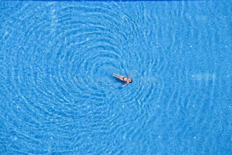 Заплыв женщины в бассейне на гостинице Взгляд сверху индюк стоковая фотография