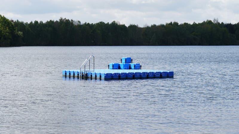 Заплыв или плавая платформа на купать озеро стоковые изображения rf