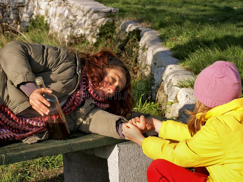 запойная девушка помогает женщине стоковое изображение