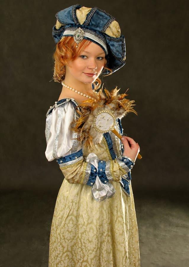 заполированность зеркала девушки вентилятора 16 одежд столетия стоковые изображения rf