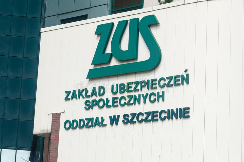 Заполированность логотипа и знака ZUS: Zaklad Ubezpieczen Spolecznych на офисе в Szczecin ZUS польское заведение социального стра стоковое фото rf
