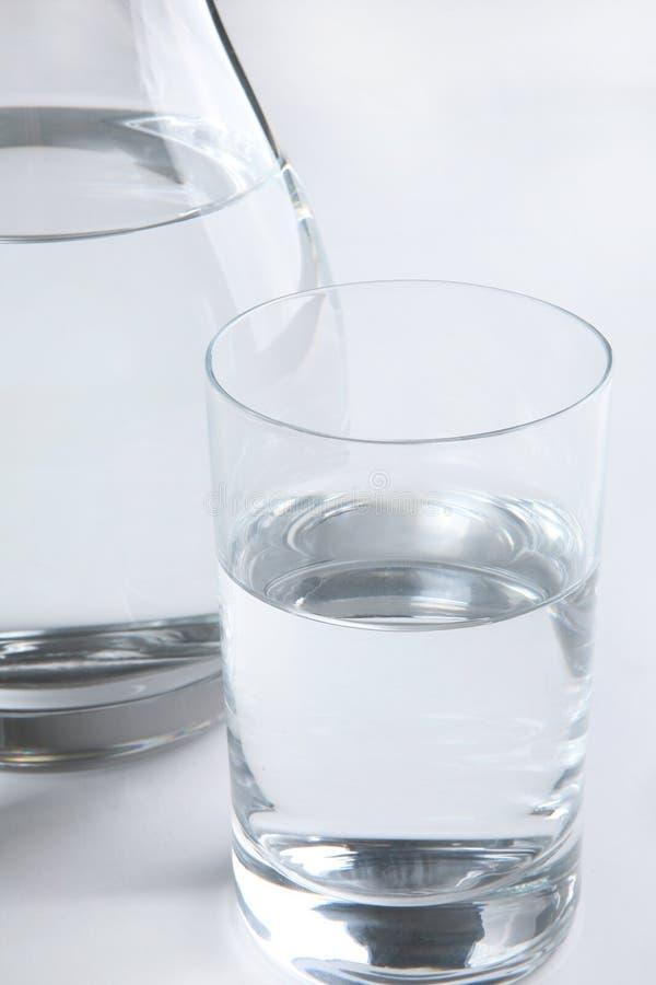 заполненная стеклянная вода питчера стоковые фото