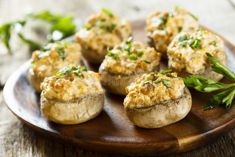 Заполненные грибы с плавленым сыром бекона и стоковая фотография
