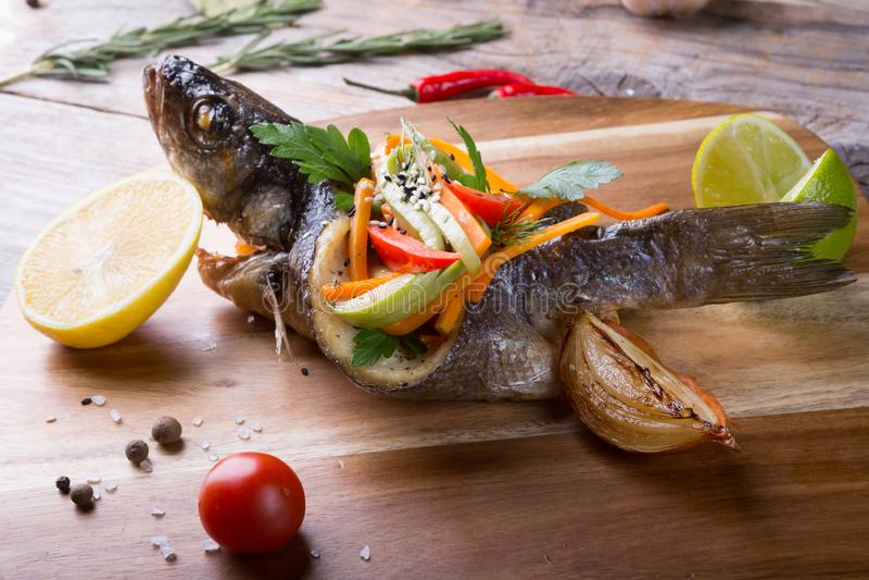 Заполненные и зажаренные рыбы dorado стоковые изображения