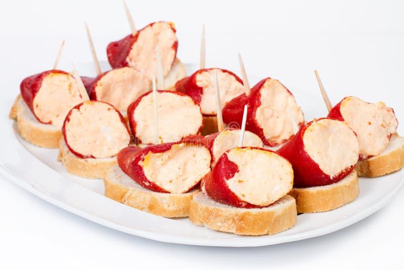 Заполненные перцы на кусках хлеба стоковые фотографии rf