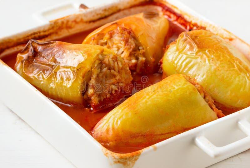Заполненные перцы с рисом, мясом и овощами стоковые изображения