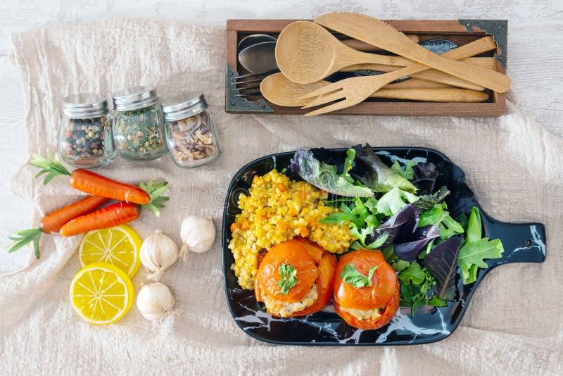 Заполненные томаты с рисом на белой плите стоковые фото